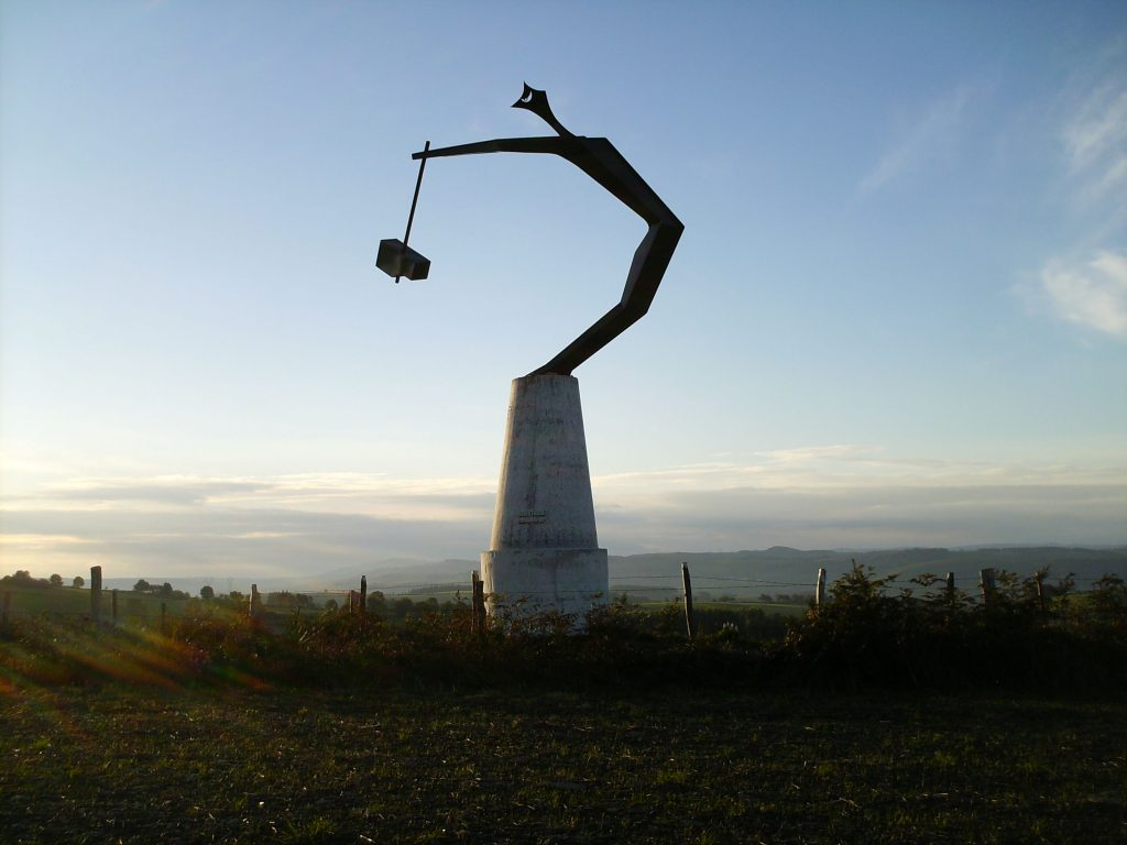 L'Homo faber, statue du forgeron Claude Villefranque au col d'Aujol. Point de vue