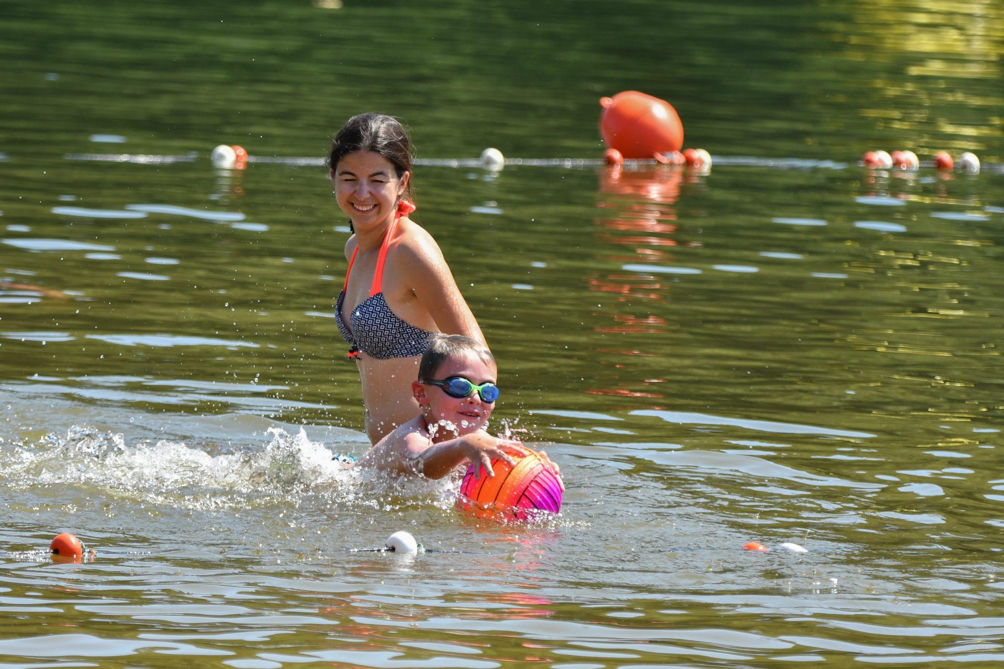 Plage des Moulinoches au Vibal. Lac de Pont de Salars. Baignade