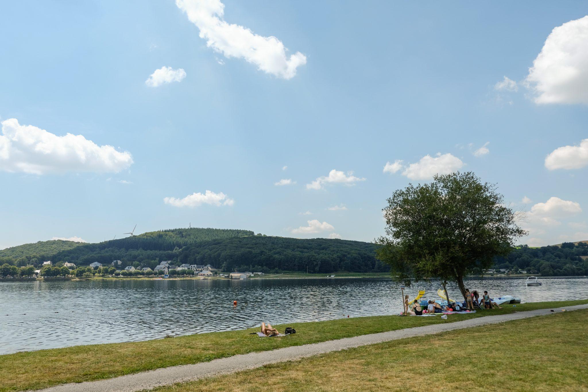 Lac de Villefranche de Panat. sur le Lévézou en Aveyron baignade et activités nautiques sur la plage