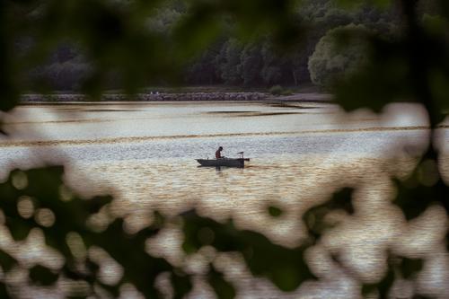 Pêcheur sur le lac de Pont de Salars en bateau