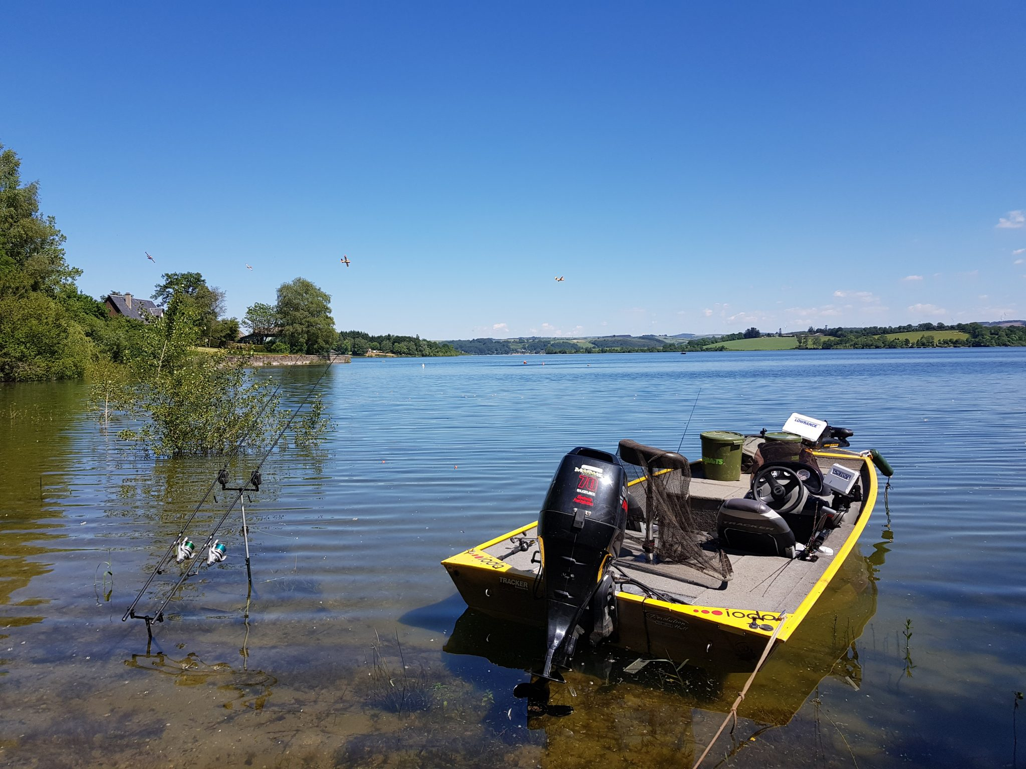 Pêche en bateau sur lac de Pareloup en Aveyron sur le Lévézou