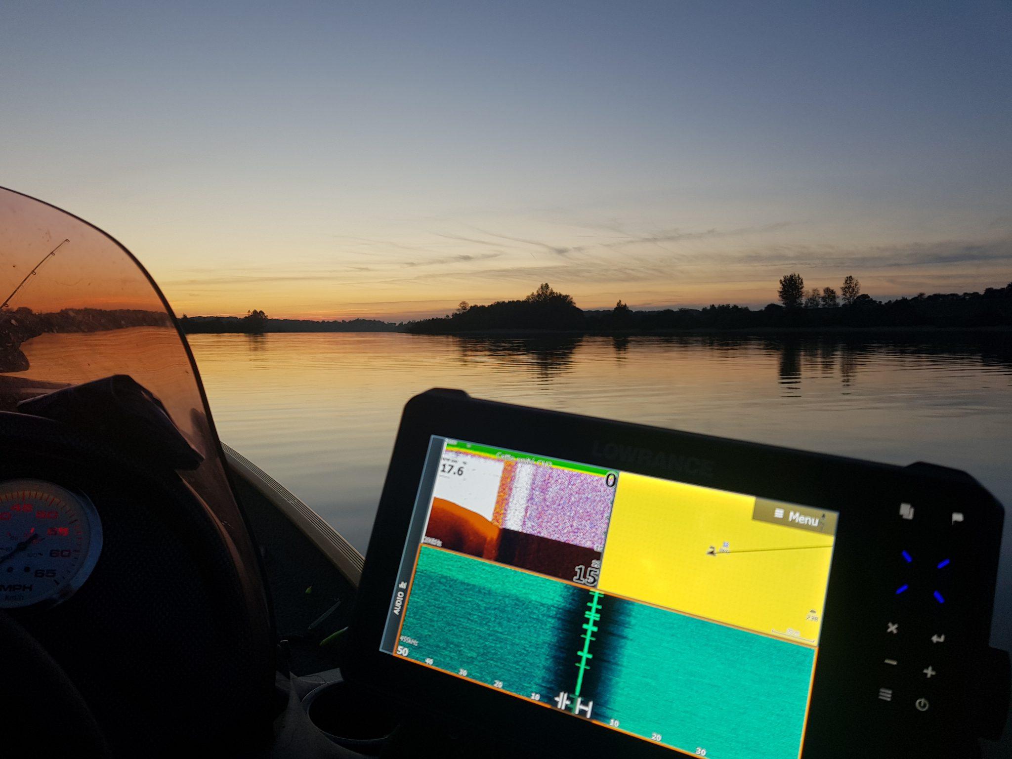 Peche en bateau avec echo sondeur sur le lac de Pareloup